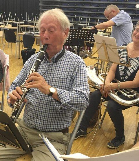 STILL GOING: Bjørn Skjønhaug startet i korps i 1951, da skolekorpset i Skipvet ble dannet. Han går i sitt 76 år og spiller fortsatt, nå i Skiptvet Musikkorps. Han ber om at skolekorpset ikke må bli rammet av kutt i kulturstøtte.
