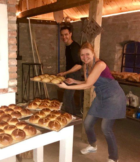 BAKST MÅ TIL: Bonden Olav Aaraas sammen med søsteren Ingjerd, leverer god julebakst stekt i den ovnsfyrte bakerovnen på gården.