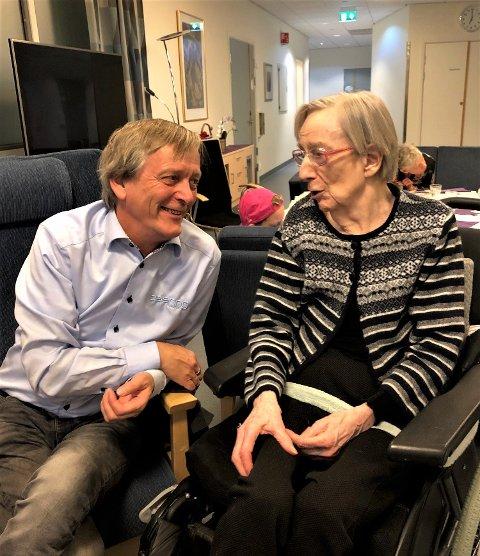 BESØK: Frank Jakobsen med moren Inger på juletilstelningen på Moer sykehjem i 2019. Etter nedstening åpner nå kommunen for besøk på sykehjemmet.