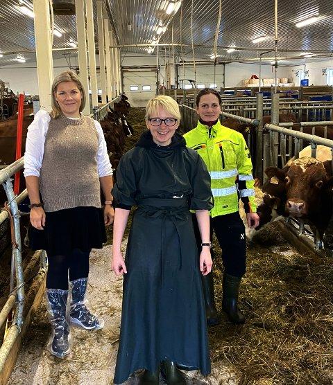 Fornøyde: Både ordfører Aase Refsnes (t.v.) og gårdbruker Marita Helskog (t.h.) er glad for at Emma Jensen takket ja til jobbtilbudet hun fikk. – Emma har hittil gjort en kjempejobb, roser Helskog.