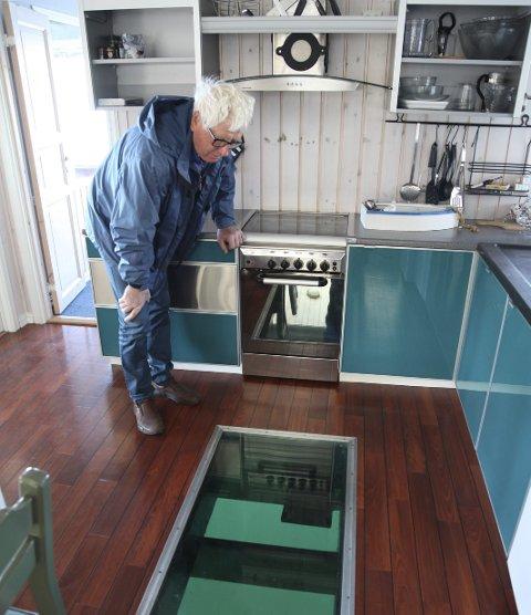 FISKEVINDAUGE: Ole Stenbakk har laga eit fiskevindauge i ei av flytehyttene.