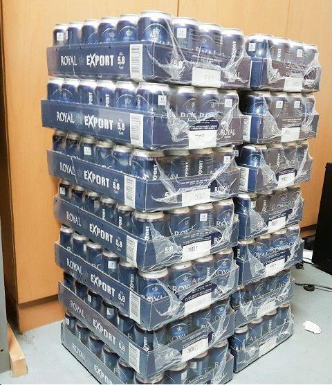 Pallevis med øl: Det kom hundrevis paller med øl over fjellet til Haugalandet. Hver palle har 99 brett med ølbokser. Her er 14 brett, som hvert inneholder24 bokser øl.