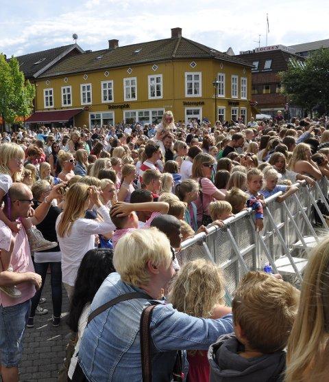 Det er liv i byen når det er konsert under Midtsommer mellom broene. (arkivfoto)