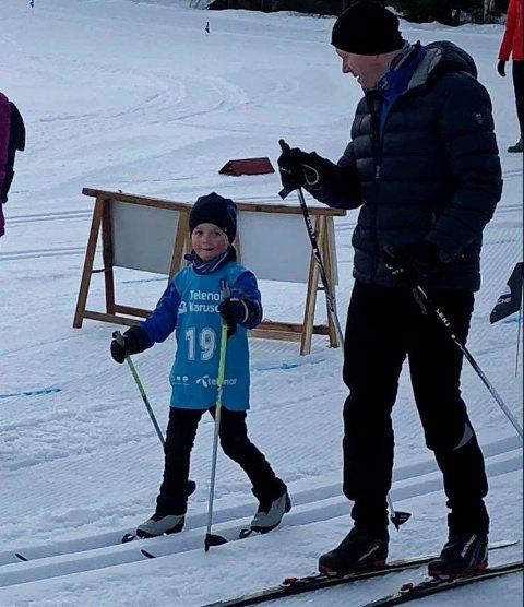Oliver Lerskallen, i sitt første skirenn, trygt ved siden av pappa Göran Lerskallen.
