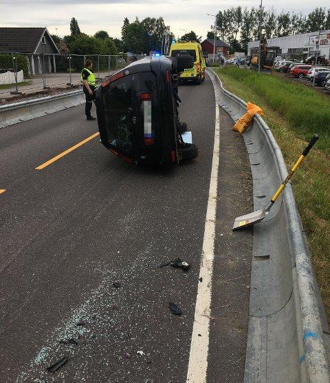 Ulykke: Bilen landet på siden, men sjåføren skal ha kommet fra ulykken med mindre skader.