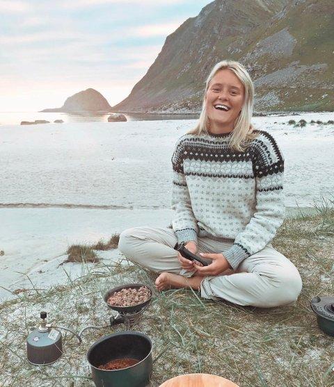 KORONAHJELP: Maren Ishaug (25) studerer i Finnmark. For tiden har hun blitt sendt hjem til Drøbak, og da bruker hun tiden på å hjelpe andre.