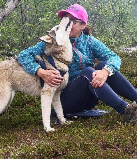 Mariann Ingeborg Pedersen sammen med Vega av Isfrost. Vega er datter og barnebarn av hundene som gikk bort.