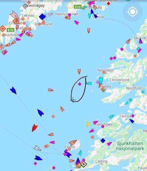 PÅ GRUNN: Den innringete rosa markøren viser båten som er gått på grunn