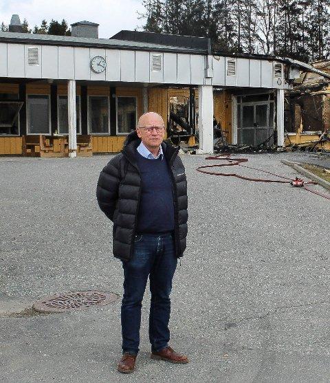SKOLEBRANNEN: Kommunedirektør Ivar Nævra opplyser at 10. trinn ved den nedbrente ungdomsskolen skal få undervisning ved Våk skole, i første rekke fram til 1. mai.