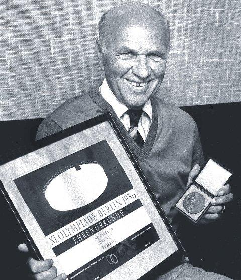 HISTORIE: Alf Martinsen med diplom og medalje fra OL i 1936. Bronselaget er nasjonal fotballhistorie og den største bragden et norsk landslag har oppnådd. FOTO: KAY STENSHJEMMET