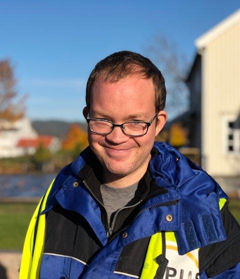 UKENS GJEST: Petter Høydahl som rydder i Sande sentrum, synes ikke det har vært mye positivt med koronapandemien.