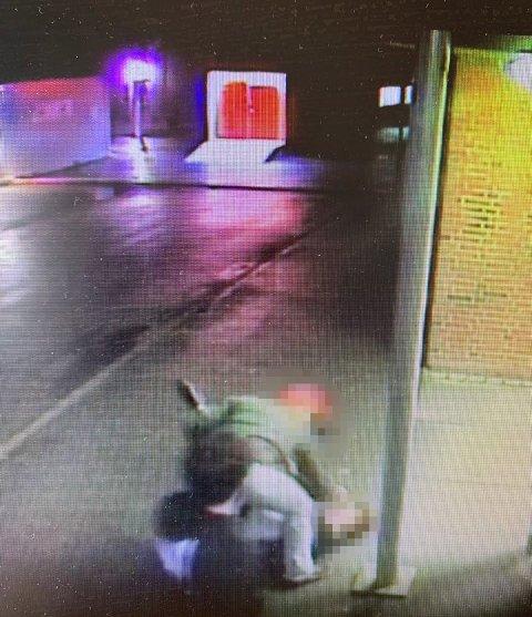 BEVIS: Overfallet i Stjørdal sentrum ble fanget opp et overvåkningskamera. Tre soldater gikk til angrep på en utenlandsk mann.