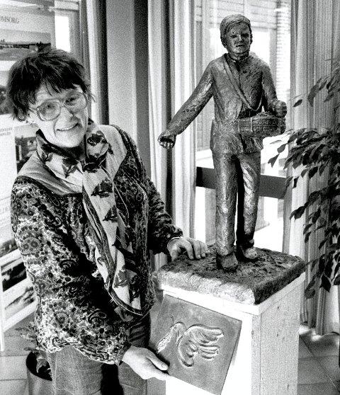 Kunstner Lise Amundsen presenterte modellen av Hauge-statuen, her på bilde fra april 1983. Den ferdige statuen fikk sin plass i foajeen i Rolvsøy rådhus.