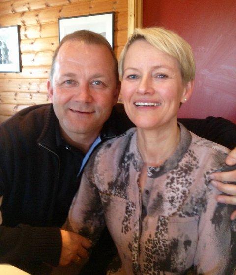"""Steinulf Henriksen og Monica Kvalvik hadde første """"date"""" på fødestua. Nå har de vært gift i 21 år. I vår feiret de dobbel 50-årsdag, og nå braker det løs med 50-årsjubileum for Steinulfs store kjærlighet i yrkeslivet – Folkebladet på Finnsnes."""