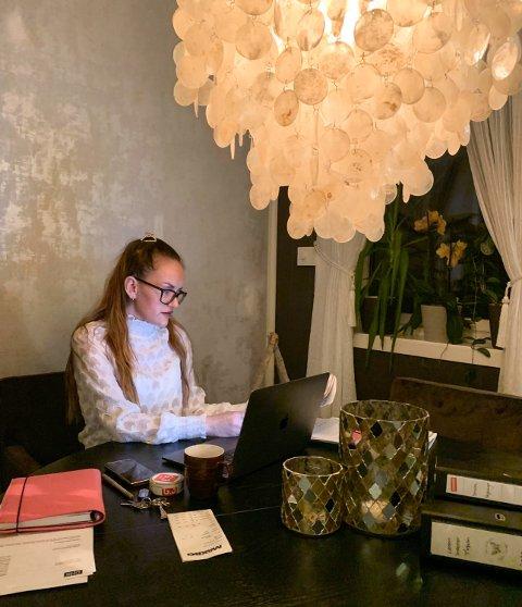 TØFFE TIDER: Malin Kristiansen bruker dagene i isolasjon til å få unna papirarbeid, mens butikken Løten Interiør er stengt.