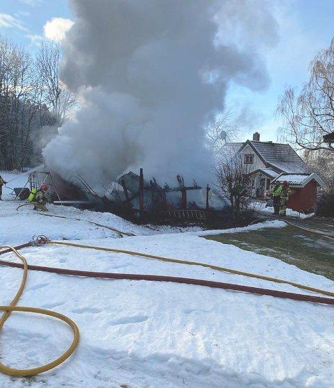 JOBBET MED BRANNSLUKKING: Brannvesenet jobbet på spreng med å få kontroll på låvebrannen i Hole onsdag ettermiddag.