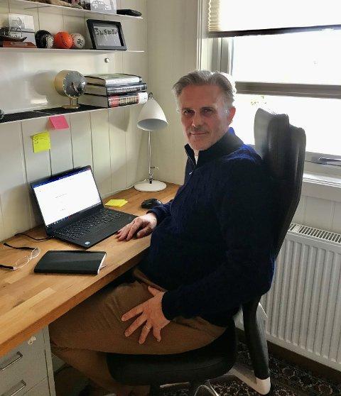 HJEMME: Her fra hjemmekontoret i Larvik skal Jens Bjørn Staff styre Skagerak Energi. Denne uka begynte han i ny jobb som konsernsjef.
