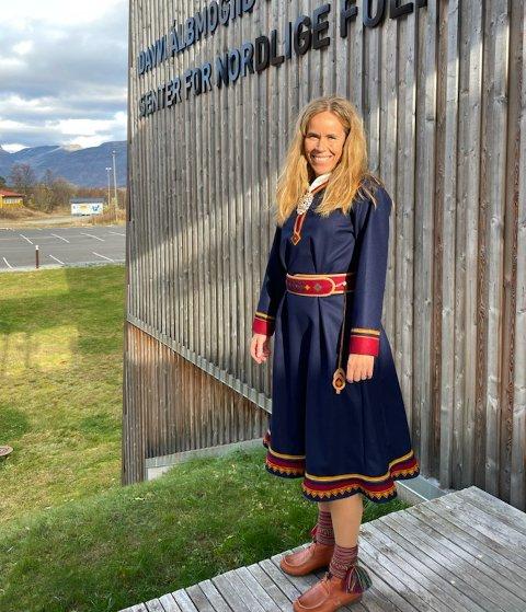 I kofta: Christin Løkke foran  senteret for nordlige folk.