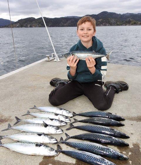 13 MAKRELL: 12 år gamle Aksel Flikka viser stolt frem fangsten han og pappa Ingve gjorde.
