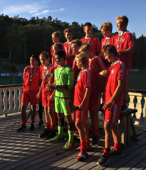 JUBELGUTTER: Her feirer Trosvik-guttene seieren i Kiwicup på Kråkerøy. Foto: Privat