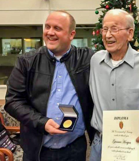 Jens Inge Egeland (til venstre) deler ut minnemedaljen til krigsseiler Gunnar Horgen fra Tønsberg til høyre. Egeland er kritisk til Kongsvinger kommunes medaljepolitikk.