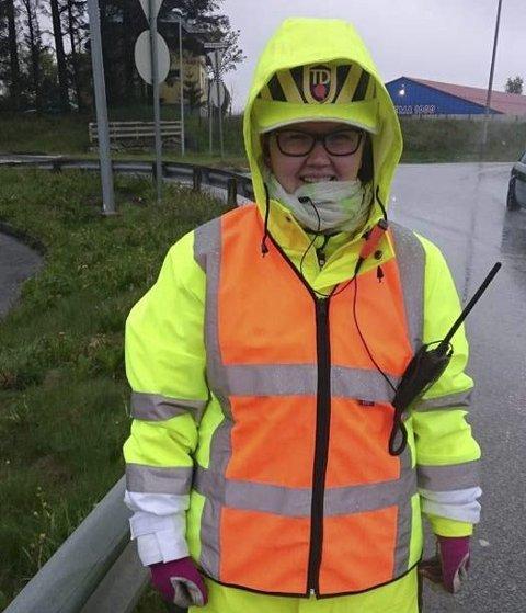 Dirigerer: Marielle Bratthammer ivaretar sikkerheten langs veien.