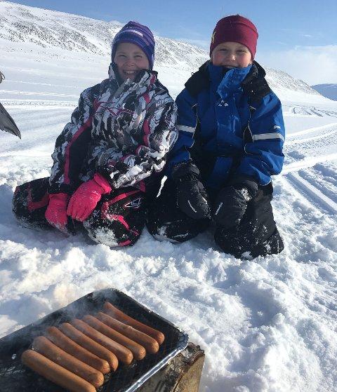 GRILLKOS: Leah Marie A. Solstad (9) og Karoline Evensen (9) koser seg med grillmat på isen.