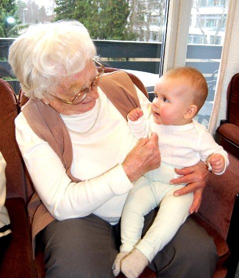Mange fine møter mellom små og store under babytreffene.