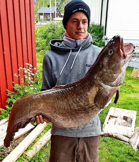 Henrik Knudsen Vågenes (21) med brosme-giganten.