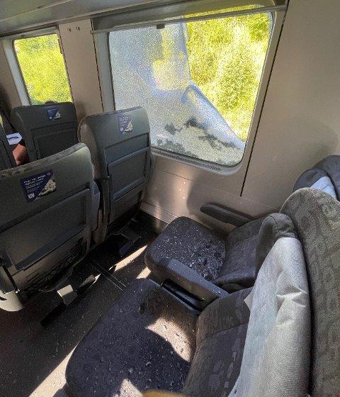 To vogner foran der John Inge Lund satt på toget smalt en kraftledning inn gjennom vinduet.