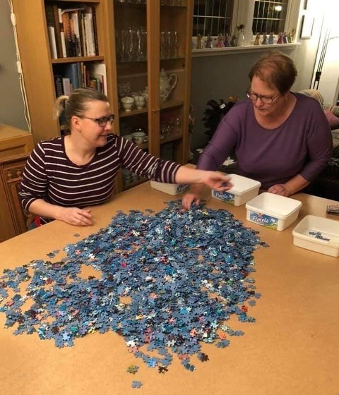 LANG TID: Iselin Ringstad (til venstre) og moren Kirsten Håkestad startet på puslespillet med 40.320 brikker i mars i fjor.