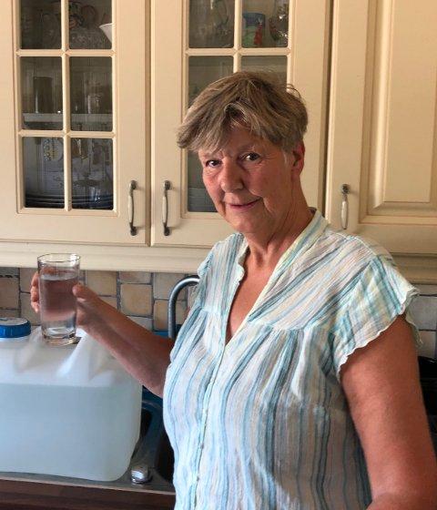 FORSIKTIG: – I dag ser vannet fint ut, men jeg tar ikke sjansen på å drikke det før jeg vet årsaken til brunfargen i går, sier Anne Lise Furuseth onsdag ettermiddag.