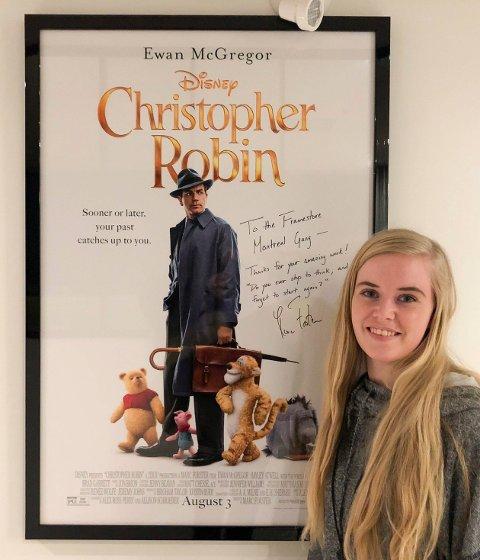FORNØYD: Fidje avbildet med en plakat til filmen som skaffet henne og hennes kolleger en Oscar-nominasjon.