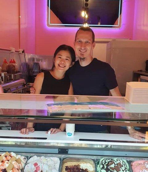 MÅTTE ENDRE PLANENE: Lismarkingen Leif Huru skulle egentlig flytte tilbake til Norge sammen med kona Ruby Cheng. I stedet åpnet de gelato-butikken Mica Creamery i Perth.