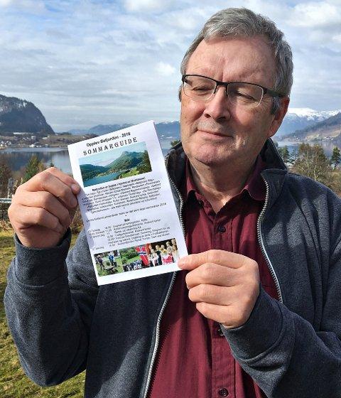 Bernt G. Bøe med trykkeklar sommarguide «Opplev Bøfjorden». Den inneheld rundt 50 større og mindre arrangement i bygda frå mai til september. (Foto: Randi Vetleseter Bøe)