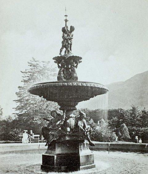 Den originale fontenen var en gave fra konsul Christian Børs, og sto i Nygårdsparken frem til 1960-tallet.