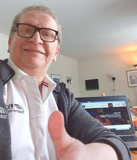 INGEN PROBLEM: Alf Edvard Masternes har ingen problemer med å takle hjemmekontor. På PC'n har han nesten alt han trenger. Og med mobil og internett har han kontakt med omverden, slik at han har kunnet sende oss denne selfien.