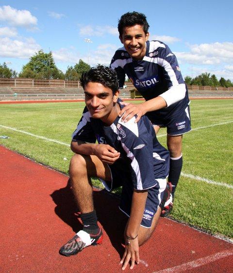 TO STORTALENTER: Sanpreet Singh (foran) og Etzaz Hussain avbildet på Statoil-akademiet. Sammen dro de på treningsopphold i Manchester United. Etzaz er profesjonell fotballspiller og ble seriemester med Molde forrige helg. For Sanpreet satte skadene en stopper for en fotballkarriere.