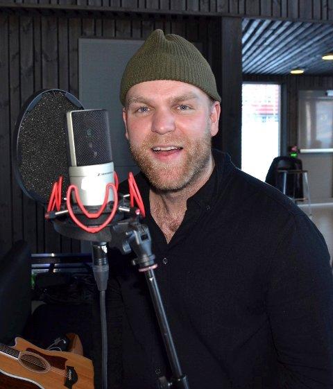 Godt forberedt: Staut-vokalist Gaute Lein Ausrød har sørga for at bandkolleger og produsent skal ha litt å jobbe med for en periode mens han sjøl kommer til å være i «babybobla». Nylig var den Oslo-bosatte valdrisen på gamle trakter og spilte inn fire låter på en dag i studioet til låtskriver og tangenttraktør Ørnulf Juvkam Dyve i Bagn.