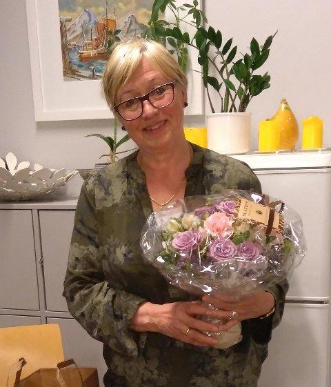 TAKKETMEDBLOMSTER:Avtroppende rektor Kari Aaneby ved Nittedal ungdomsskole.