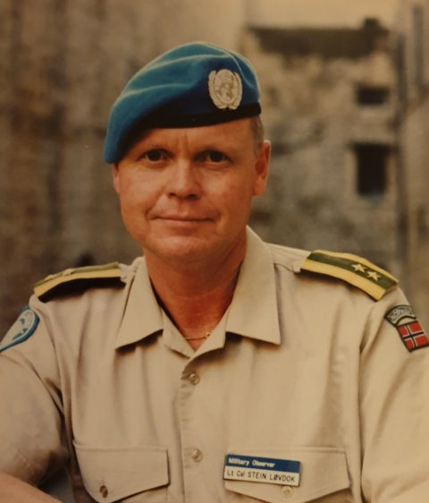 Innleggsforfatter: Stein Løvdok, her fotografert i Dubrovnik i 1997. Løvdok var ykersoffiser i hæren i 35 år, og var blant annet observatør i Kashmir (UNMOGIP) i India/Pakistan fra 1990 til 1991 og Dep. Chief Military Observer UNMOP ved grensen mellom Kroatia og Montenegro fra 1997 til 1998. Løvdok har også vært UNMOC instruktør ved FN-skole (Finland) 2000-2001 og har tidligere vært leder av NVIO og Kameratstøtte, avd Kongsberg.