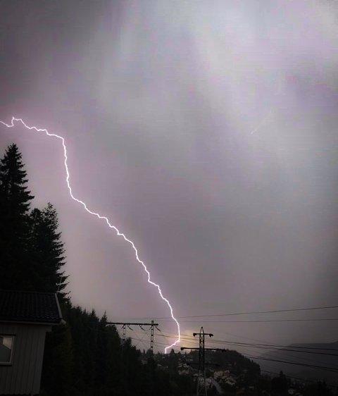 HEFTIG LYN: Martine Kofstad tok dette bildet av et lynnedslag over Krokstadelva torsdag ettermiddag.