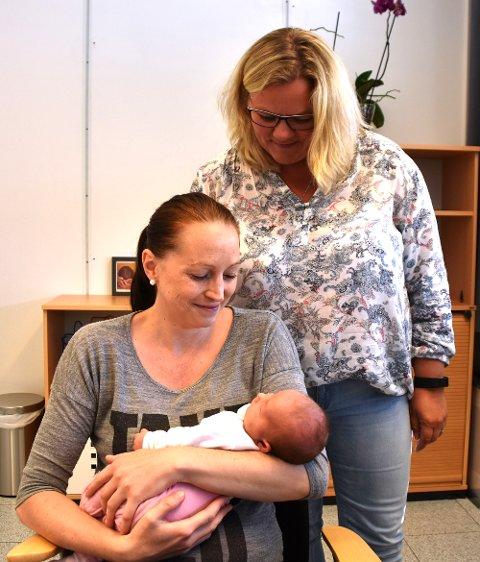 Nybakt mamma Sharon Martiniussen med to uker gamle Adele Merete får god oppfølging hos jordmor Jorid Tellefsen på Familiesenteret i Hokksund.