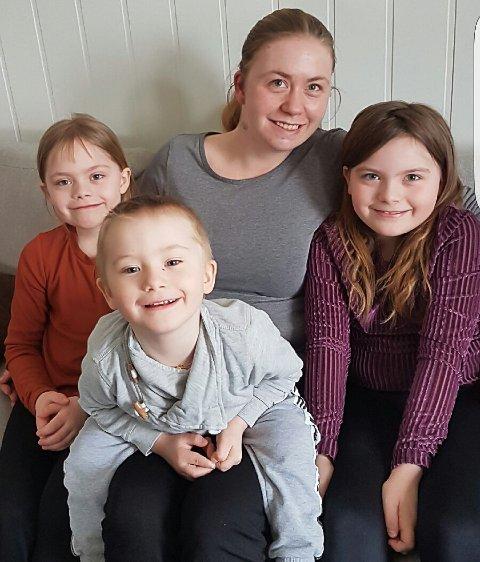 Usikker: Marie Myrvold (30) er usikker på om det er lurt å åpne opp skolene og barnehagene. Her med barna Ida, Isak og Hanna.
