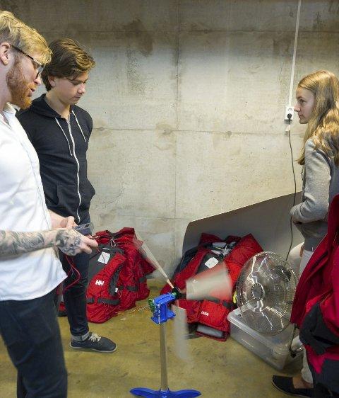 Vel Blåst: Sigurd Hunstad hjelper elevene Olav Solhjell og Elisabeth Øverland med å få testet vindmøllen.