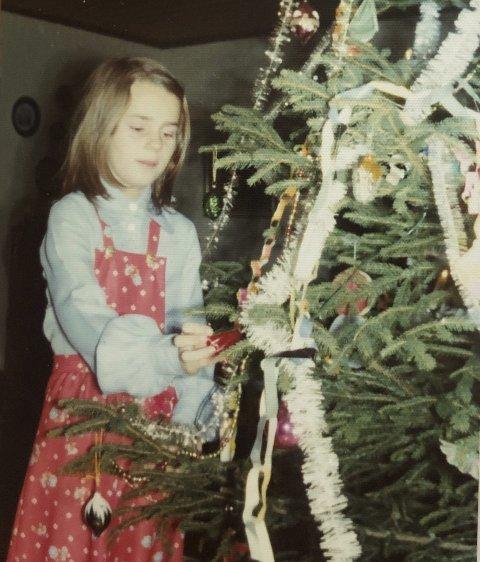 JULEN 1976: Stortingspresident Tone Wilhelmsen Trøen (12) pynter juletreet hjemme på Haga i Nes. FOTO: PRIVAT Bildetekst