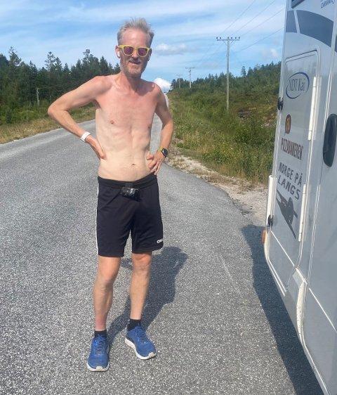 PÅ VEIEN: Simen Holvik startet løpet sitt på Nordkapp den 1. juli. I dag løper han i mål på Lindesnes.