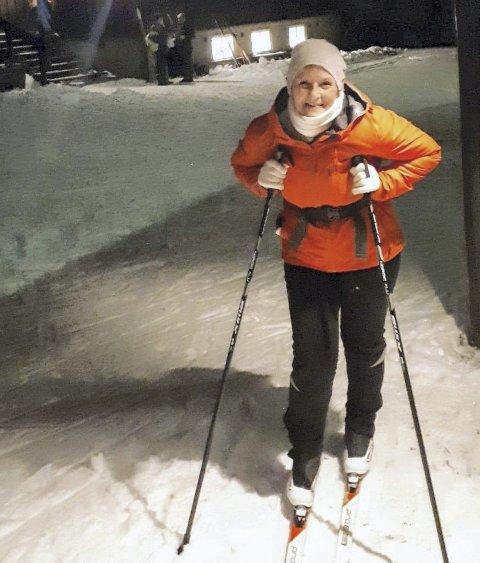 TURGLAD: June Anita Sørensen tar gjerne skitur når det er mulig, her utenfor Skihytta. FOTO: PRIVAT