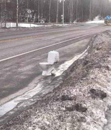 ETTERLATT: Dette toalettet har i en uke stått langs Europaveien. Hvem som har ansvaret med å fjerne den, det er ikke lett å bli klok på.