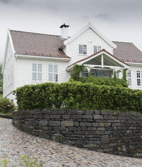Får fritak: Hovudhuset på sorenskrivargarden på Lofthus. Bygd i 1764, rive, lagra, flytta og sett opp att her i Sjoarvegen i 1999. Arkivfoto: Eli Lund